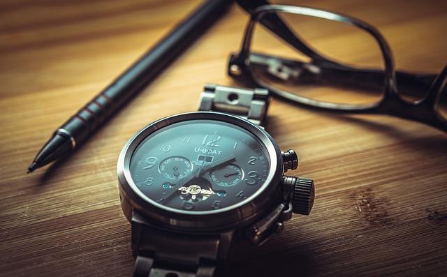 Mécanisme de montre sur un bureau