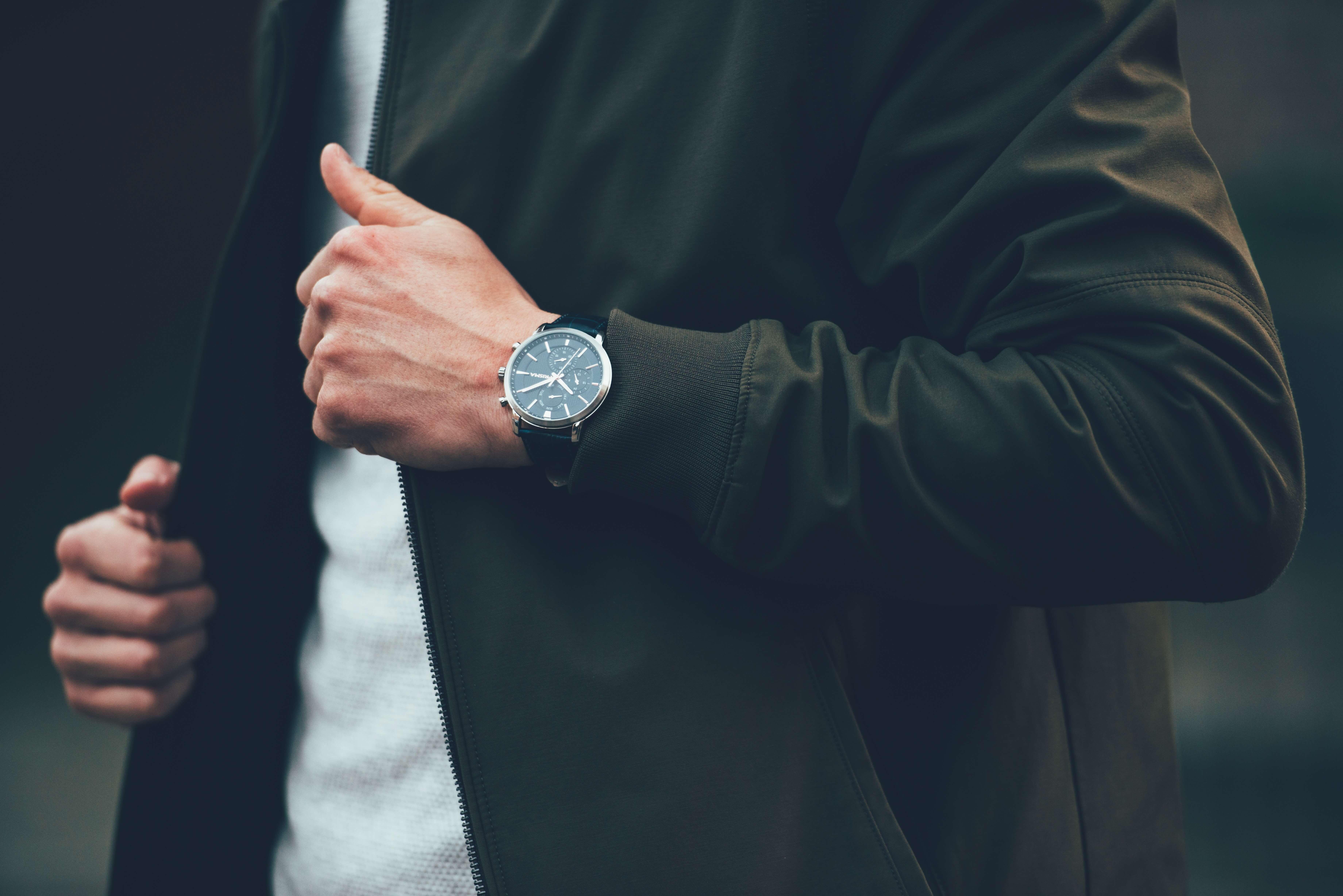 Montre à ressort au poignet d'un homme