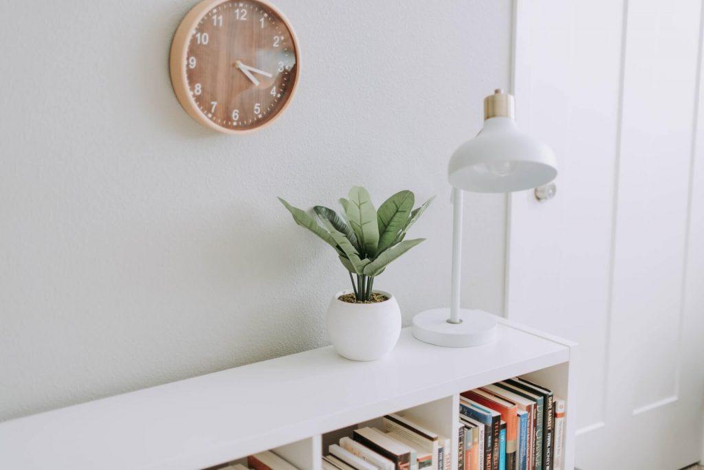 Fixer et accrocher une horloge au mur